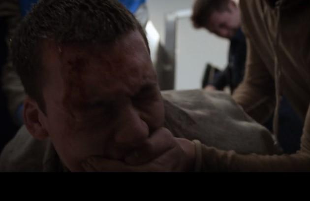 A série '13 reasons why' apresentou uma cena chocante, que motivou debates na internet: Tyler (Devin Druid) foi violentado com uma vassoura (Foto: Reprodução)