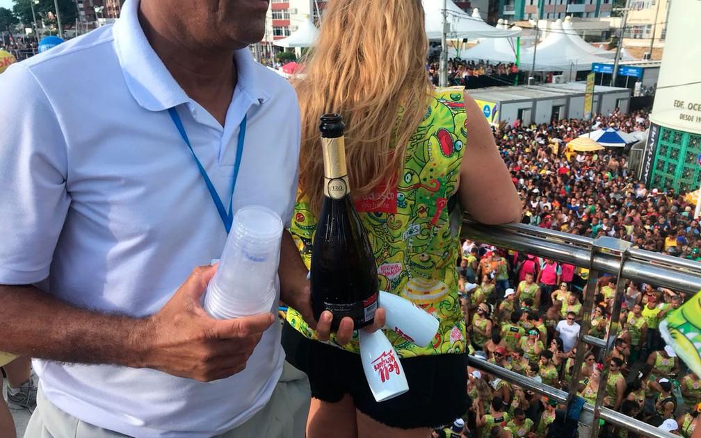Champagne em taça e água são servidos em cima de trio (Foto: Alan Tiago Alves/G1)