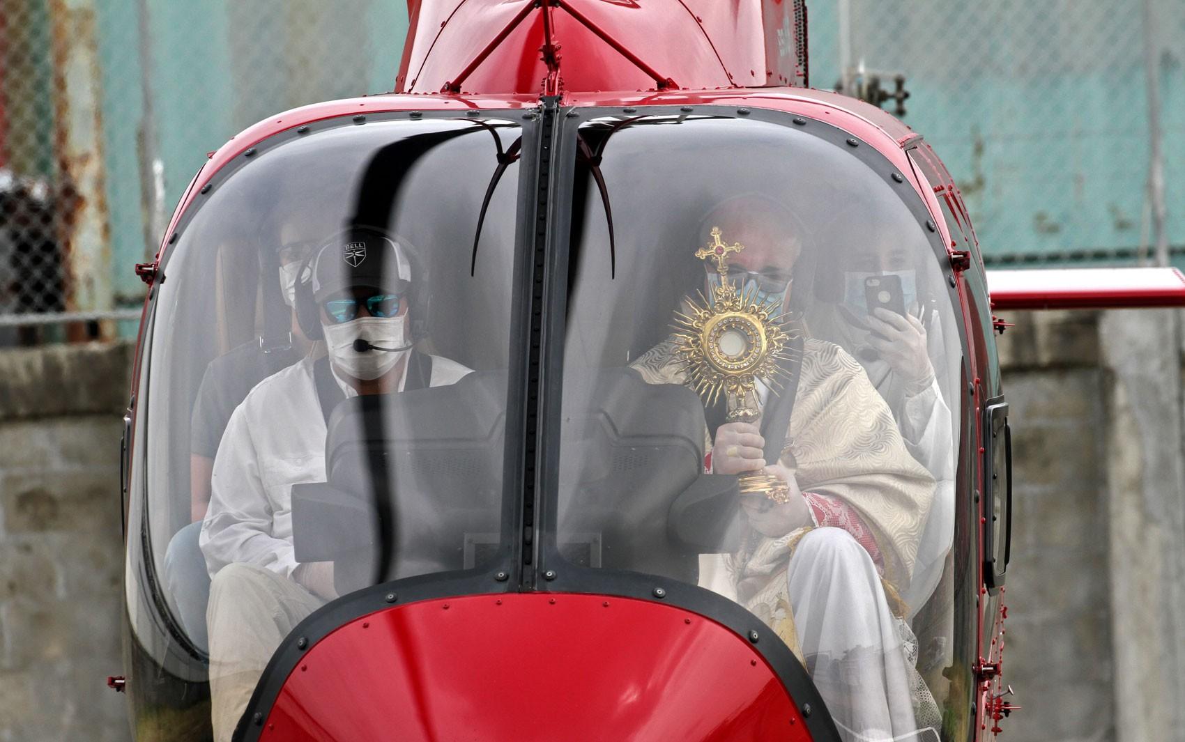 Diante de proibição de procissões, bispo abençoa Guayaquil de helicóptero