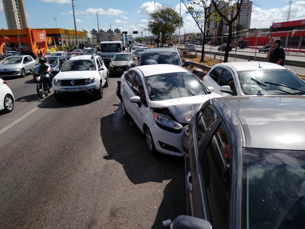 Engavetamento envolveu oito veículos na BR-101, em Natal — Foto: Oscar Xavier/Inter TV Cabugi