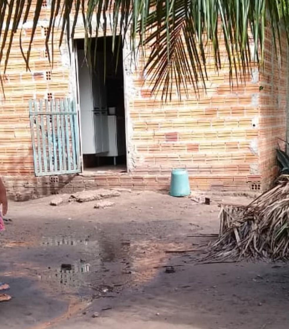 Porta por onde o bebê passou até chegar no buraco — Foto: Divulgação /PM