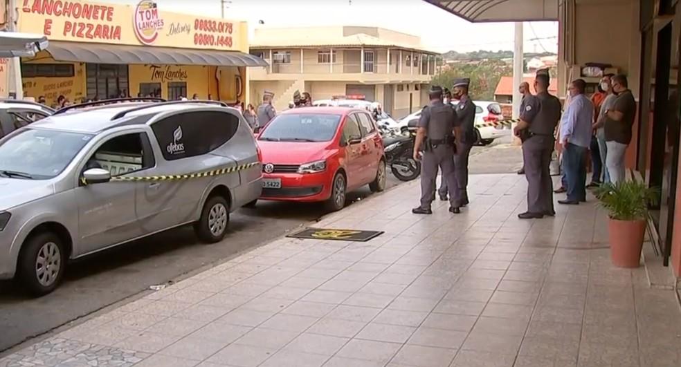 Corpos dos assaltantes foram levados ao IML de Sorocaba — Foto: Reprodução/ TV TEM