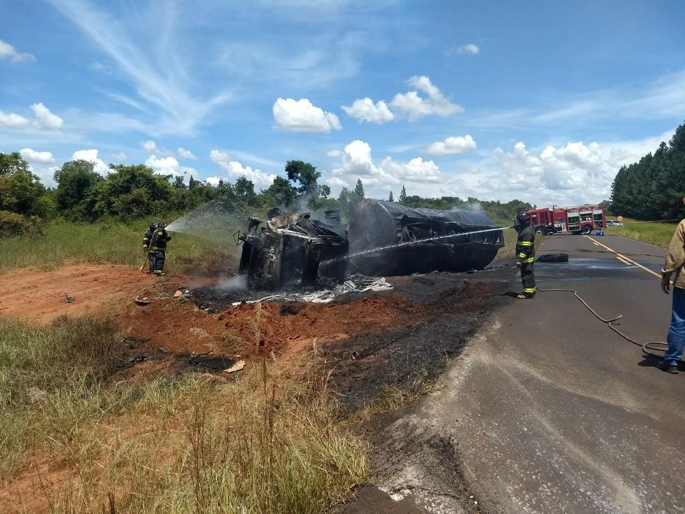 Carreta ficou totalmente destruída após tombar e pegar fogo (Foto: Corpo de Bombeiros/Divulgação)
