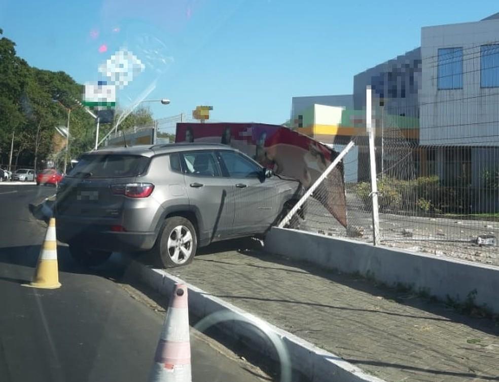 Condutor perde controle do veículo, sobe calçada e colide com mureta de shopping em Teresina — Foto: Josiel Martins