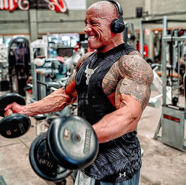 O ator Dwayne The Rock Johnson malhando (Foto: Instagram)