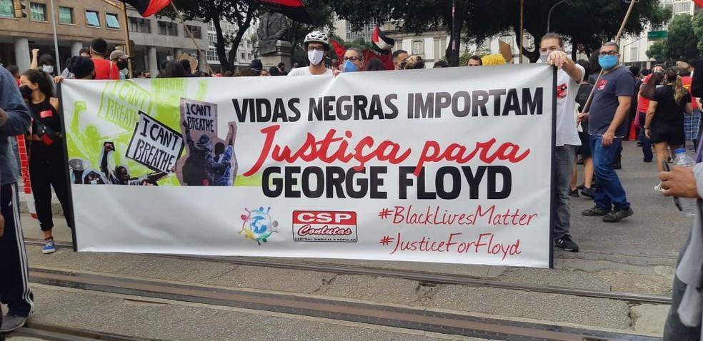 Cartaz lembrando o americano George Floyd em protesto no Centro do Rio — Foto: Reprodução
