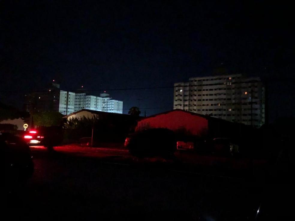 Bairros da parte alta da cidade ficaram no escuro na noite de sábado (16), em Maceió — Foto: Waldson Costa/G1