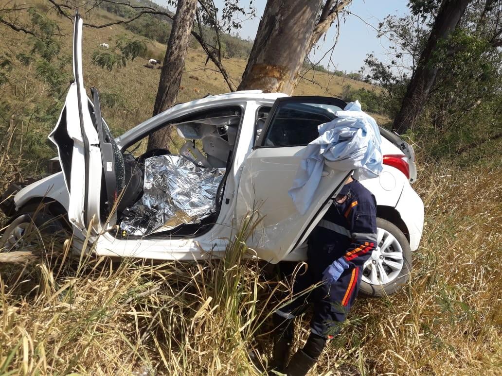 Duas jovens morrem após carro bater em árvore às margens da BR-354 em Arcos - Notícias - Plantão Diário
