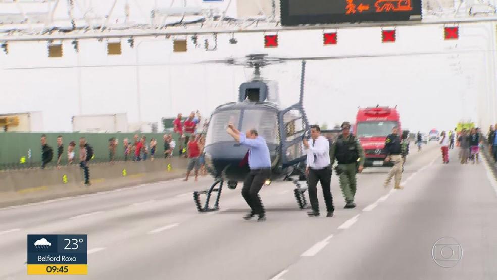 Wilson Witzel comemora após desembarcar na Ponte Rio-Niterói — Foto: Reprodução/ TV Globo