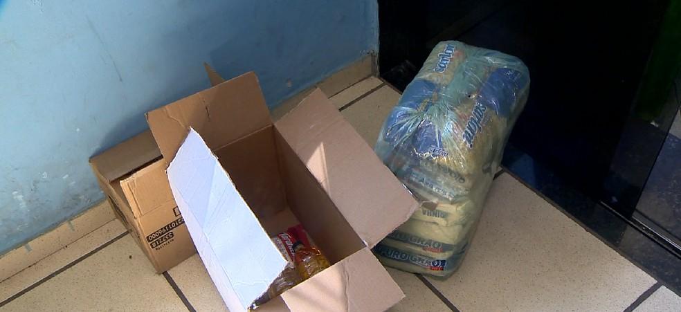 Após a invasão, caixas de alimentos, que seriam doadas à população, ficaram vazias.  — Foto: Reprodução/TV Gazeta