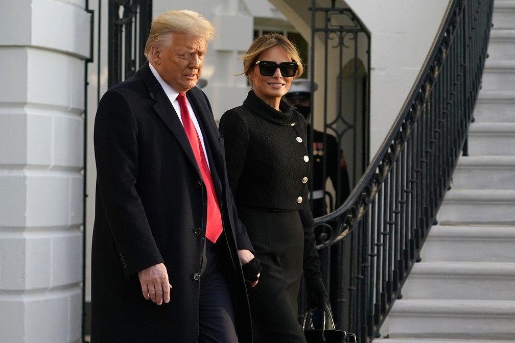 Presidente Donald Trump deixa a Casa Branca ao lado da primeira-dama Melania Trump em 20 de janeiro de 2021 — Foto: Alex Brandon/AP