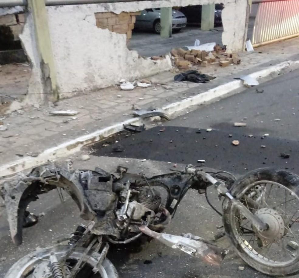 Com o impacto, o motoboy Kelton Marques morreu no local, e a moto ficou totalmente destruída.  — Foto: Reprodução/TV Cabo Branco