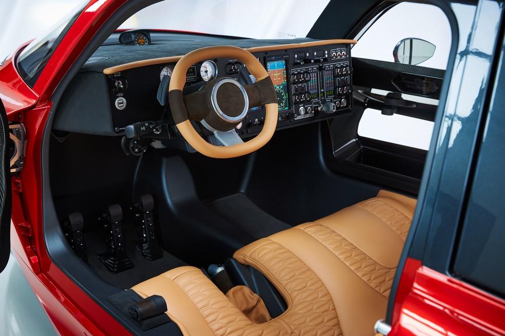 Interior alia o painel funcional de uma aeronave com luxos como bancos de couro — Foto: Divulgação/PAL-V