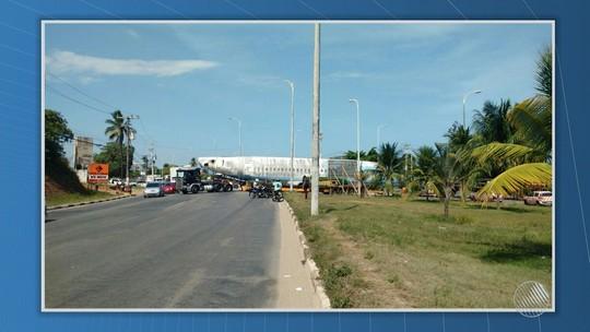 Transporte de boeing da Vasp congestiona trânsito na Estrada do Coco, na BA; FOTO