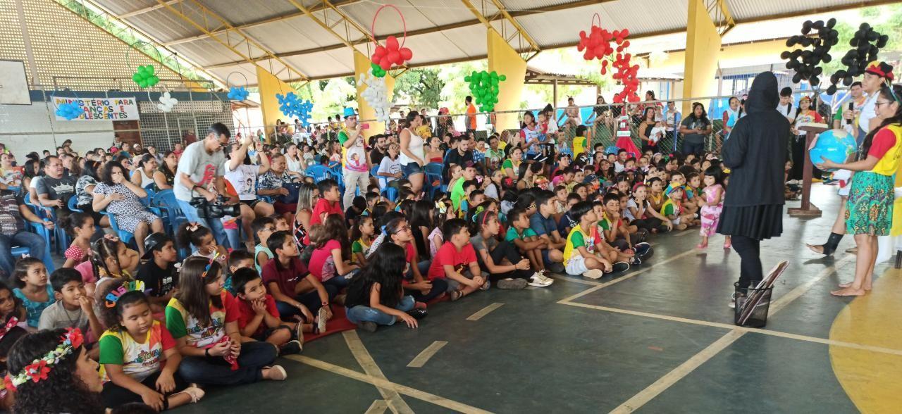 Crianças participam da 14ª edição do Cristoval Mirim em ginásio de escola, em Santarém