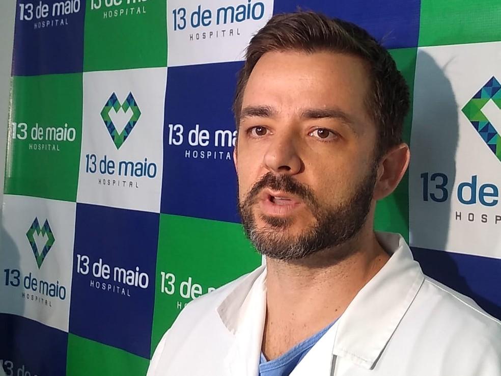 Médico Júnior Pasin divulgou o boletim de saúde do piloto — Foto: Igor Fernandes/Centro América FM