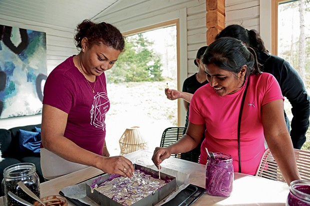 Cozinhar em grupo faz parte da programação (Foto: Micaela Werneck)