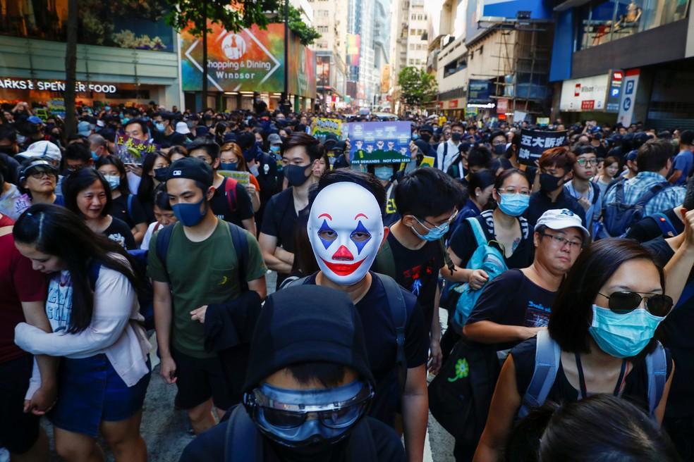 Manifestantes caminham durante ato por autonomia perto do distrito comercial Causeway Bay em Hong Kong, neste sábado (02) — Foto: Thomas Peter/Reuters