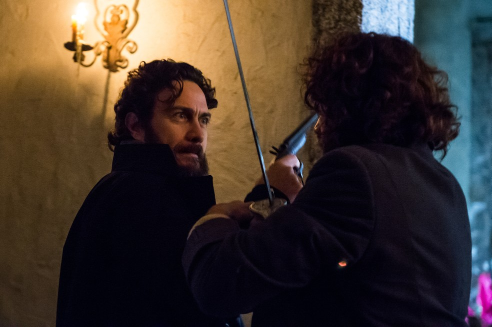 Thomas (Gabriel Braga Nunes) golpeia Joaquim (Chay Suede), em 'Novo Mundo' — Foto: TV Globo/Raquel Cunha