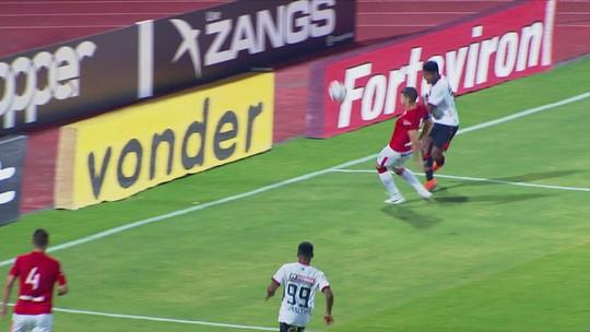 Rafael Santos espalma cruzamento perigoso aos 32 do 1º tempo