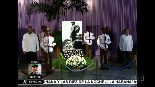 Cubanos lotam Praça da Revolução para se despedir de Fidel Castro