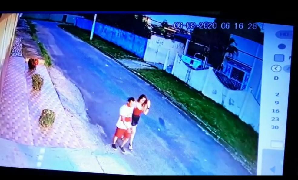 Ícaro e a namorada caminham em rua de Rio Branco após acidente que matou Jonhliane de Souza — Foto: Reprodução