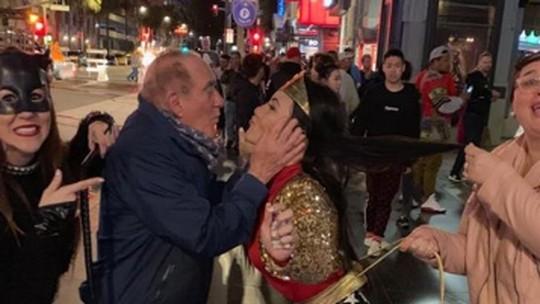 Renato Aragão se diverte com a mulher, Lilian, em Los Angeles