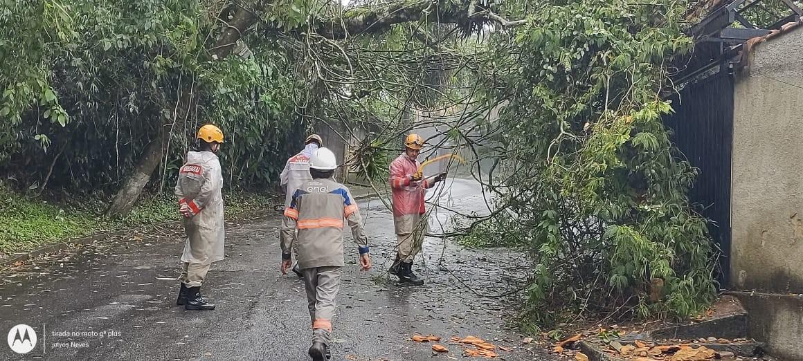 Deslizamento deixa moradores do Quitandinha sem energia elétrica em Petrópolis, no RJ