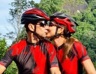 Fernanda Venturini troca beijos com namorado e usa look com iniciais do casal