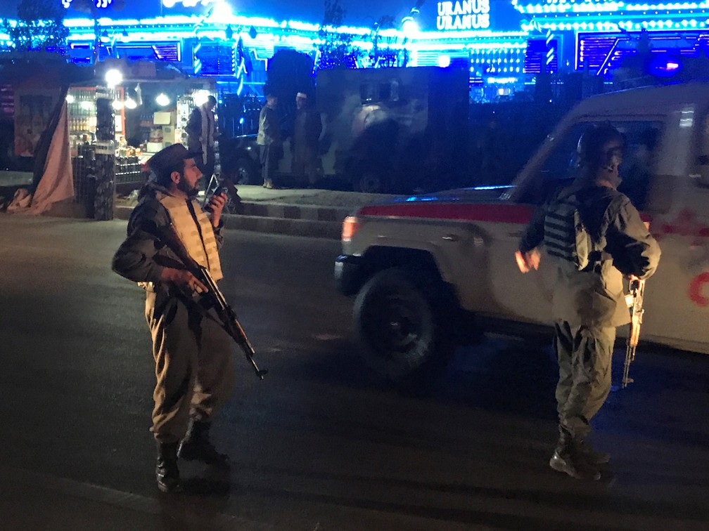 Policiais afegãos patrulham local em que explosão deixou dezenas de mortos e feridos nesta terça-feira (20) no Afeganistão — Foto: Omar Sobhani/Reuters
