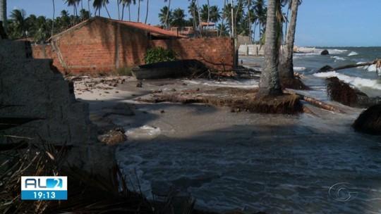 Força da maré volta a atingir imóveis na Barra Nova, AL