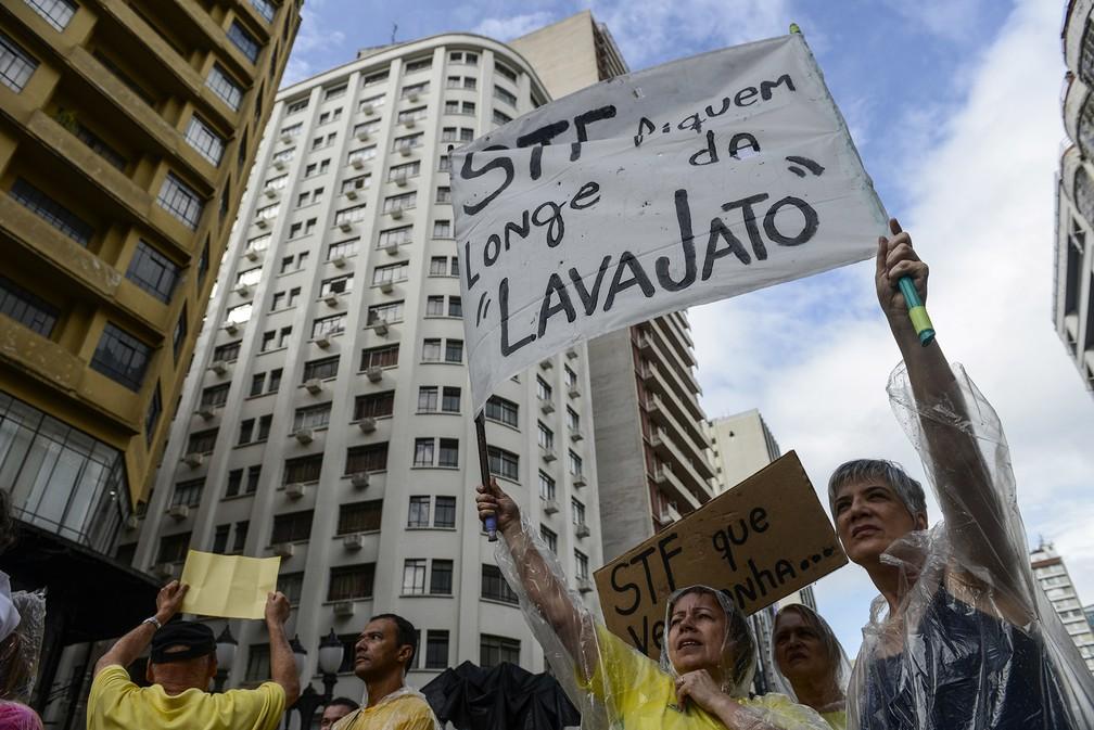 Pessoas participam de protesto contra o STF e a favor da Lava Jato no centro de Curitiba neste domingo (17) — Foto: Henry Milleo/Fotoarena/Estadão Conteúdo
