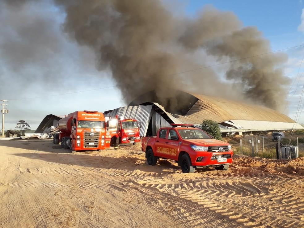 Incêndio atingiu galpão de materiais recicláveis em Igarassu, no Grande Recife, neste sábado (14) — Foto: Corpo de Bombeiros/Divulgação