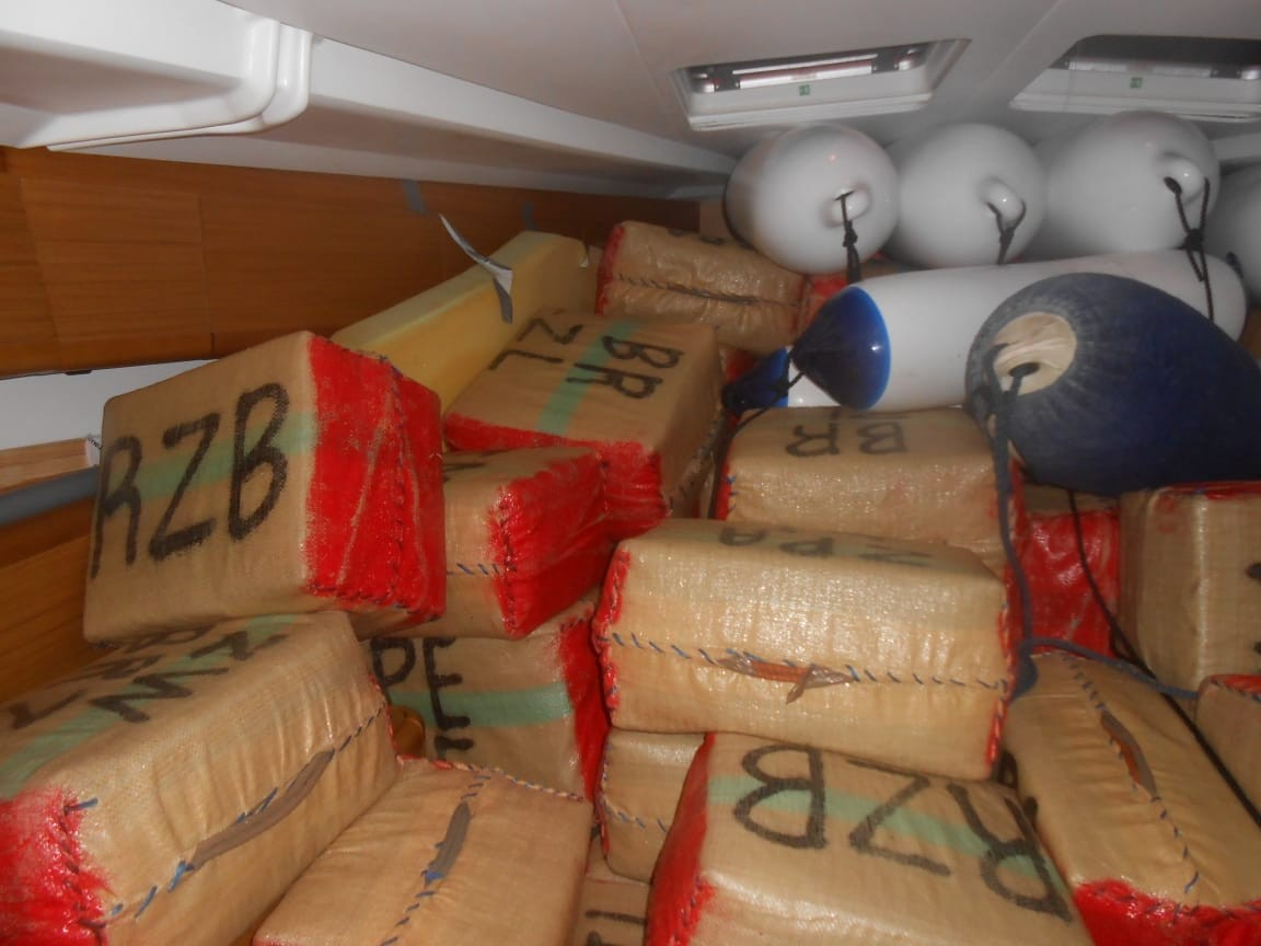 Veleiro interceptado em alto-mar com grande quantidade de haxixe chega ao Recife; veja fotos