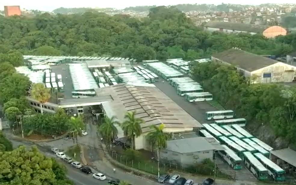 Ônibus permanecem nas garagens até as 8h desta segunda  — Foto: Reprodução/TV Bahia