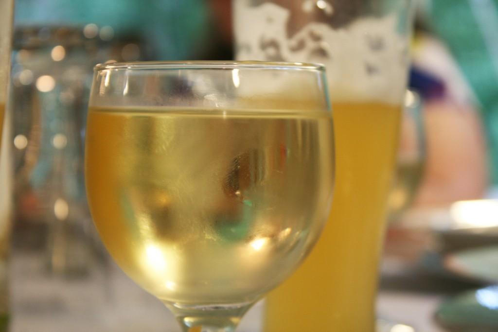 Tomar vinho branco depois da cerveja não vai melhorar a ressaca (Foto: Flickr/Quinn Dombrowski/Creative Commons)
