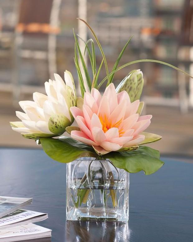 Vaso com água e flor de lótus para deixar a casa ainda mais colorida (Foto: Pinterest/Reprodução)