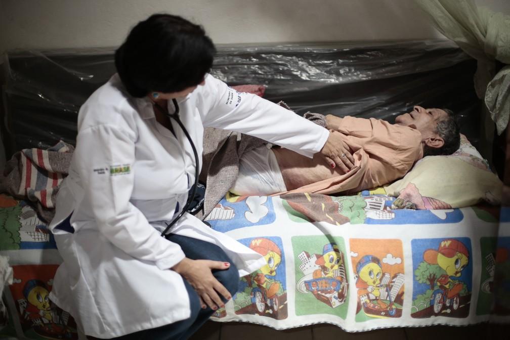 Médica cubana atende paciente em casa na cidade baiana de Itiuba — Foto: Ueslei Marcelino/Reuters