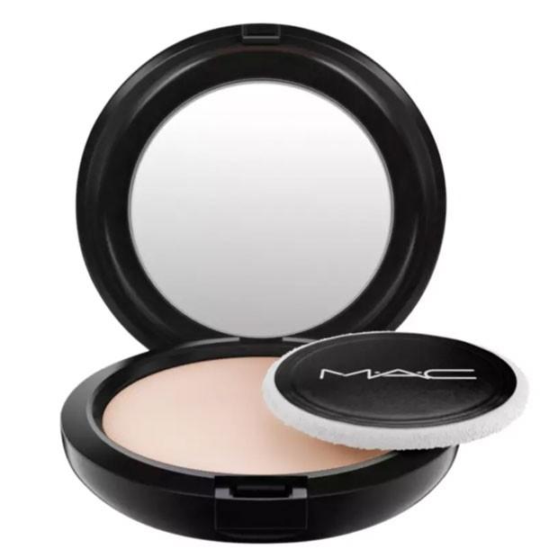 Blot Powder Medium - Pó Compacto Translúcido, MAC, R$ 168,90 (Foto: Divulgação)