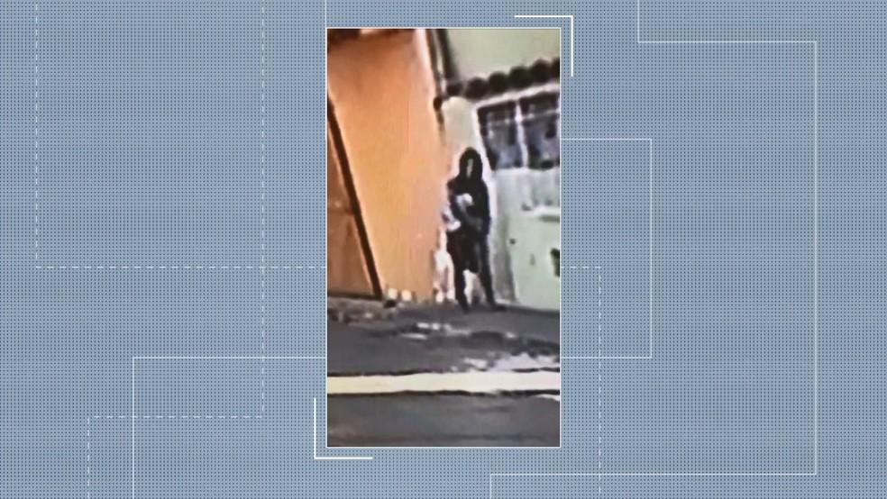Câmera de segurança mostra suspeita saindo de casa com pertences da idosa, em Vitória — Foto: Reprodução/ TV Gazeta