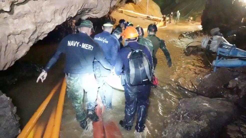 Imagem divulgada ontem mostra regatistas trabalhando na caverna Tham Luang, no norte da Tailândia (Foto: Thai Navy Seal/via Reuters)