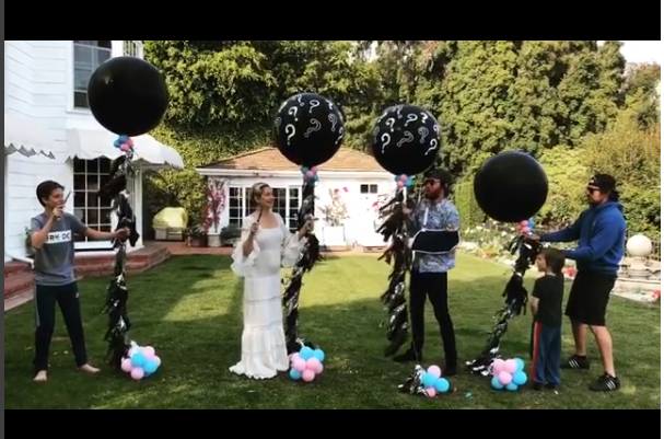 Kate Hudson ao lado de familiares e amigos durante a revelação do sexo do bebê (Foto: Reprodução Instagram)