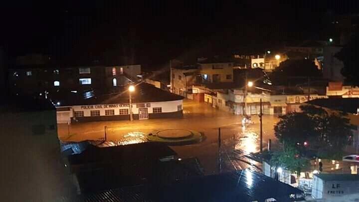 Chuva forte alaga ruas e invade casas em Guanhães