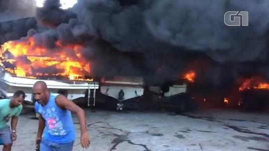 Incêndio destrói lanchas em estaleiro no bairro do Bonfim