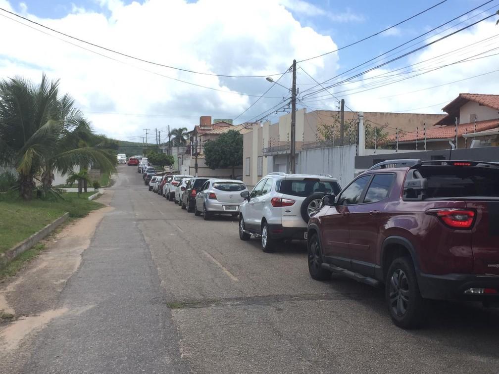 Fila de carros para vacinação drive-thru no Via Direta invade as ruas de Capim Macio às 10h30 — Foto: Diego Simonetti