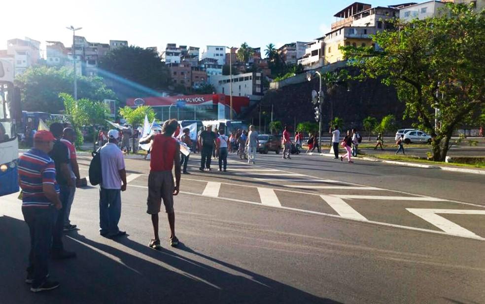 Manifestação ocorre na manhã desta sexta-feira, em Salvador (Foto: Mauro Anchieta/TV Bahia)
