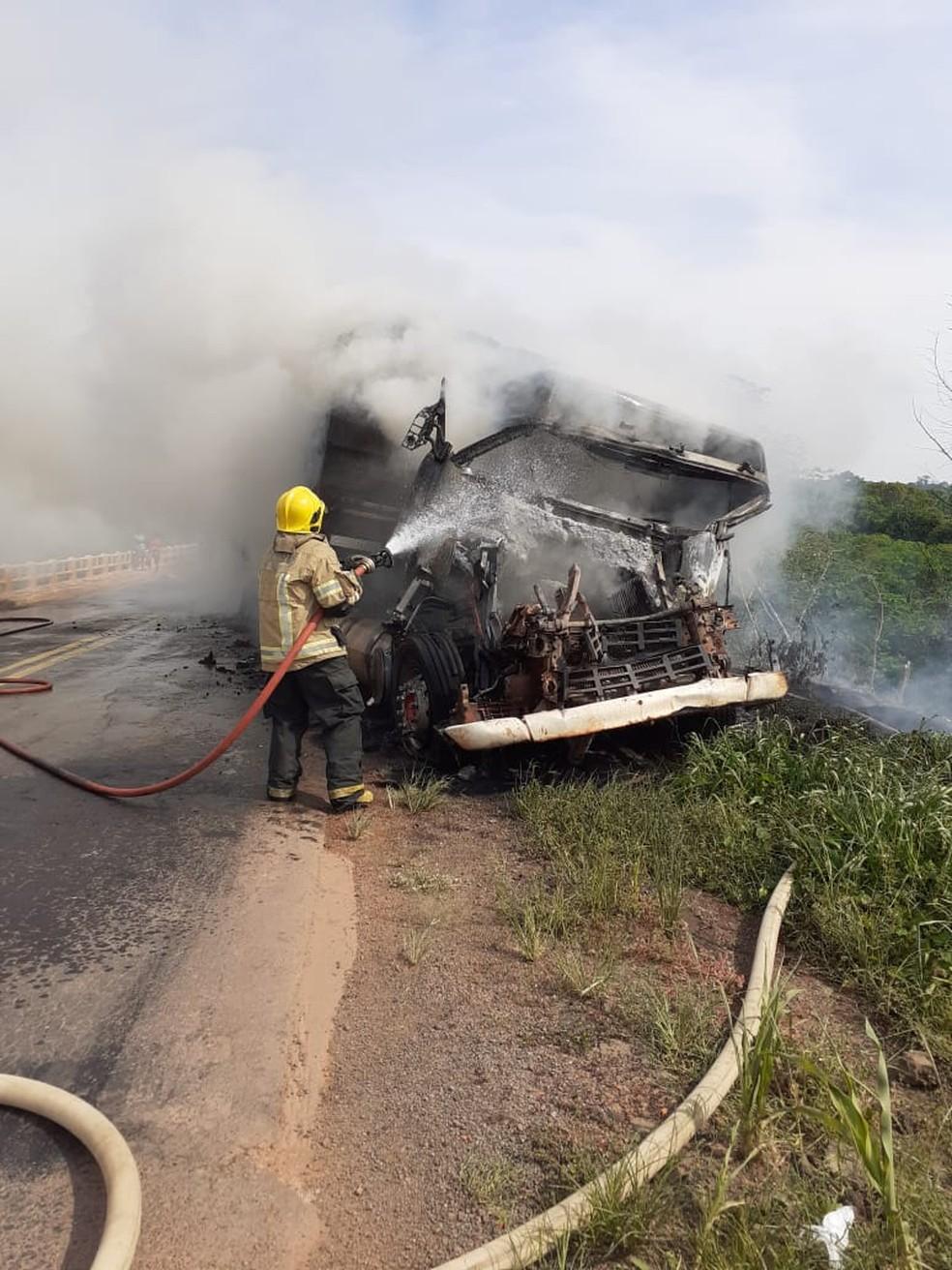 Bombeiros trabalham no combate às chamas — Foto: Reprodução/Redes sociais