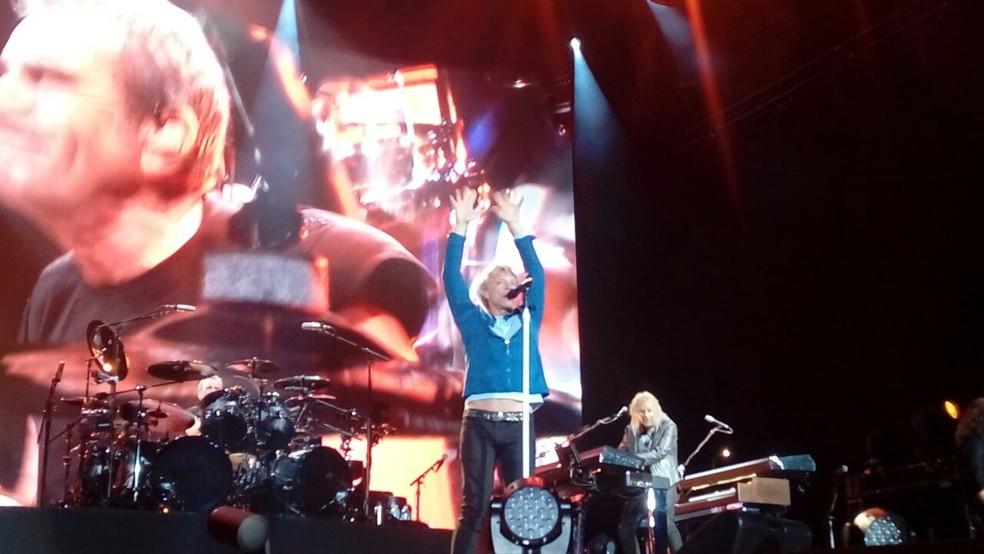 Jon Bon Jovi gesticulou o tempo todo, ao lado da banda vibrante, no Estádio Beira-Rio (Foto: Reprodução/RBS TV)