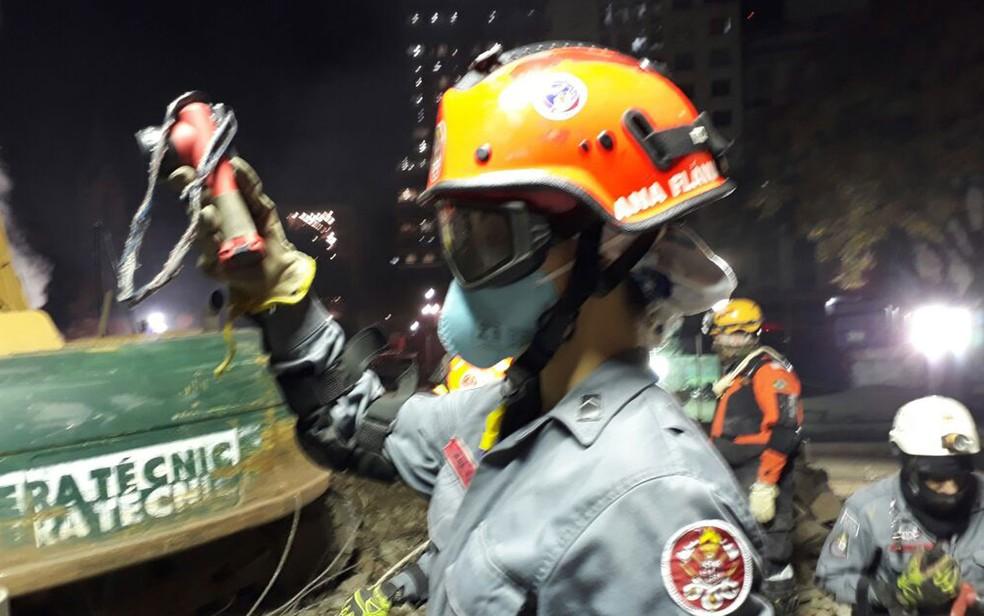Soldado Ana Flávia durante os trabalhos noturnos desta sexta (4) no local onde o prédio desabou após incêndio em SP (Foto: Divulgação/COM SOC CB - Cb PM Arrais)