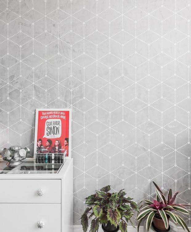 A estampa geométrica traz graça para o ambiente e foi feita com cimento queimado e pintura com estêncil (Foto: Eduardo Macarios/Divulgação)